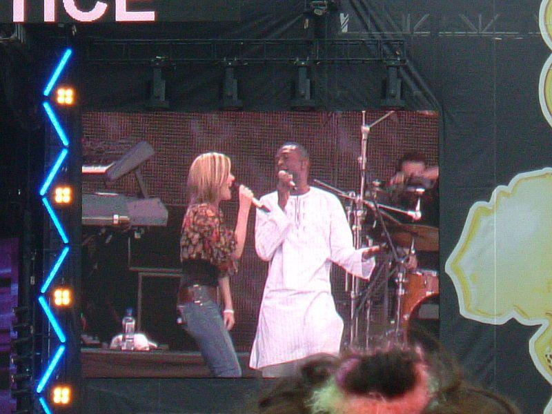 Dido with Youssou N'Dour in 2005
